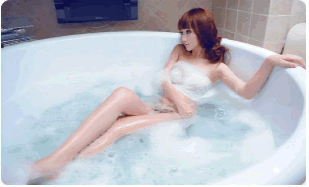 有一天当你走进客人的房间,发现一女客正在裸浴【正确答案】