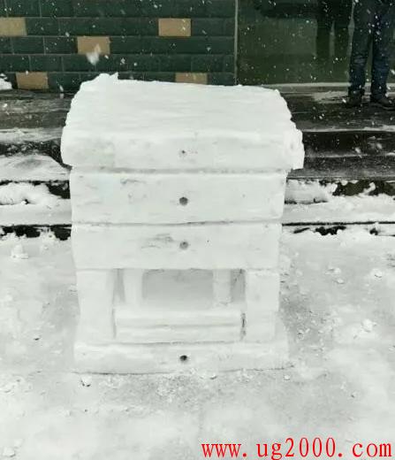 下雪了,别人都在堆雪人,而这位模具师傅却。。。